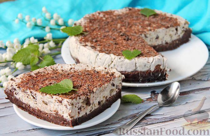 Фото к рецепту: Шоколадный торт со сметанным кремом и халвой (без выпечки)