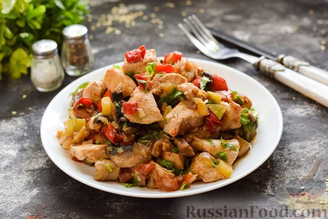 Фото к рецепту: Овощное рагу с курицей, кабачками и грибами