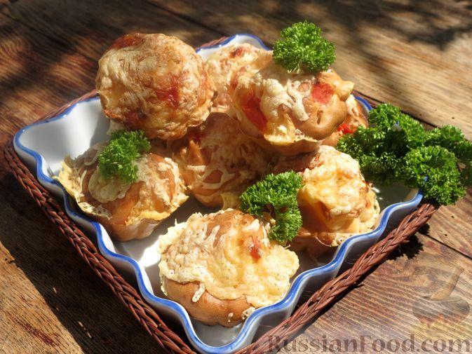 Фото к рецепту: Закусочные маффины с колбасой, помидором и сыром