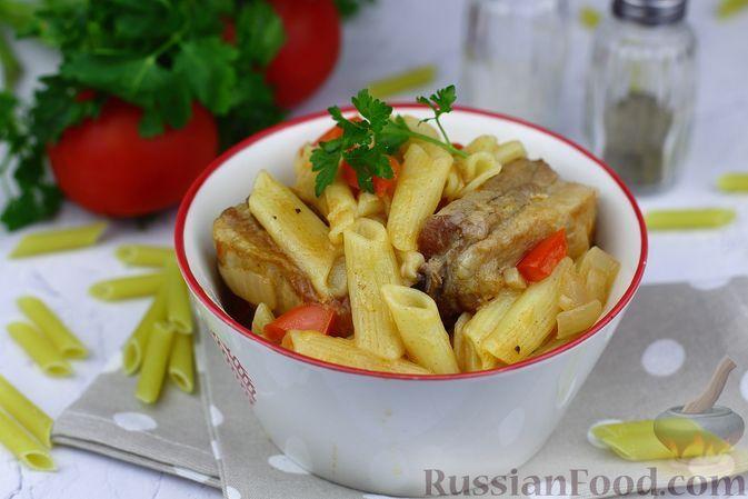 Фото к рецепту: Макароны со свиными рёбрышками и овощами (на сковороде)
