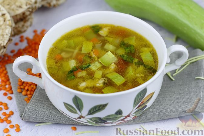 Фото к рецепту: Куриный суп с чечевицей, макаронами и кабачком