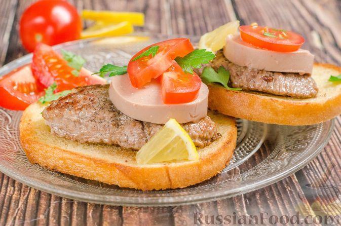 Фото к рецепту: Турнедо россини (тосты с говяжьим стейком и ливерной колбасой)