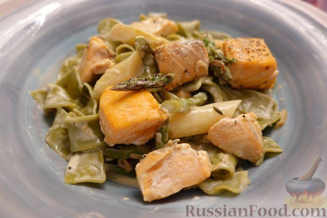 Фото к рецепту: Шпинатная паста с лососем и спаржей