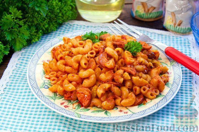 Фото к рецепту: Макароны с сосисками и томатным соком, на сковороде