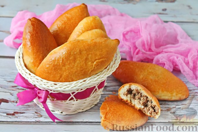 Фото к рецепту: Дрожжевые пирожки на молоке и растительном масле, с говяжьим фаршем (в духовке)