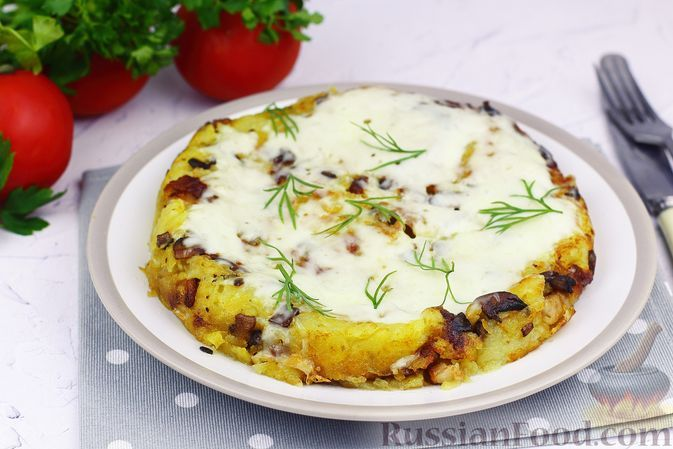 Фото к рецепту: Картофельная лепёшка с беконом и грибами на сковороде, или Рёшти