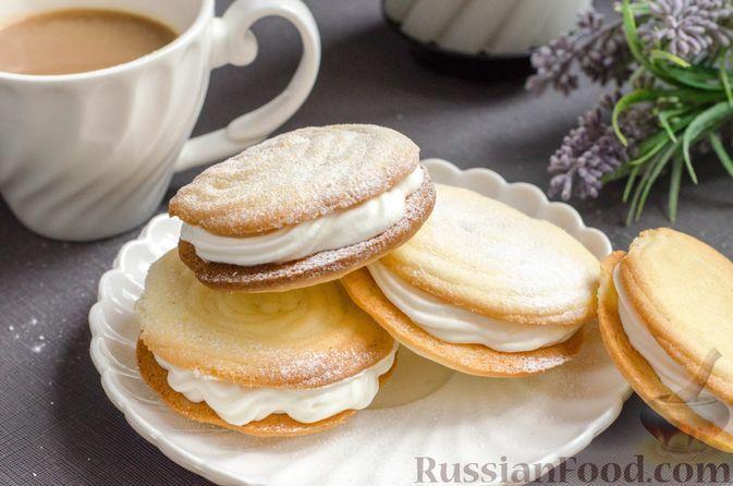 Фото к рецепту: Песочное печенье на крахмале, со взбитыми сливками