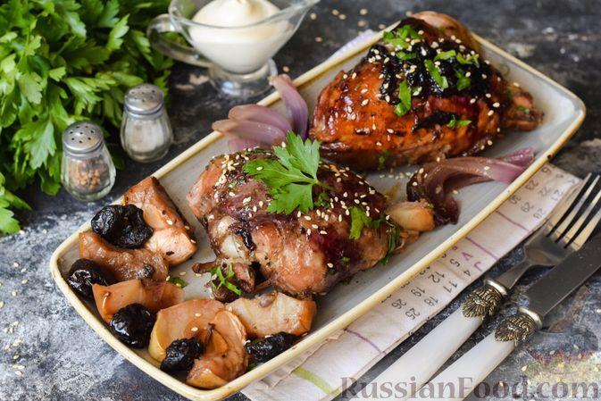 Фото к рецепту: Ножки индейки, запечённые с яблоками и черносливом, под медово-смородиновой глазурью