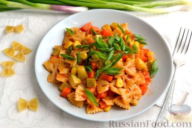 Фото к рецепту: Макароны с кабачками и кукурузой, на сковороде