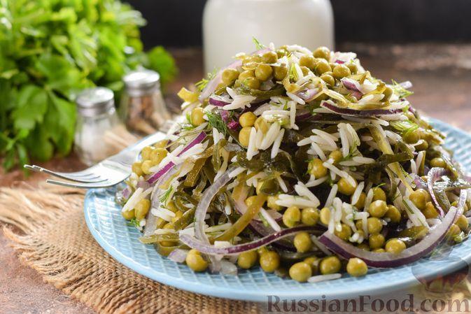 Фото к рецепту: Салат с морской капустой, рисом и зеленым горошком