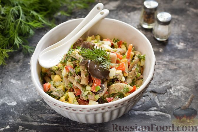 Фото к рецепту: Салат с печенью трески, маринованными опятами, болгарским перцем и черемшой