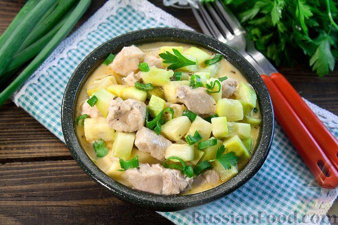 Фото к рецепту: Кабачки, тушенные с курицей в сметане (в микроволновке)