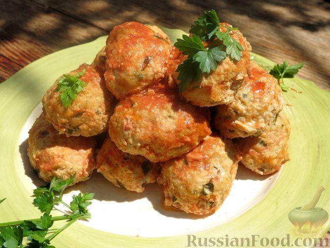 Фото к рецепту: Котлеты из индейки с кабачком, запечённые в томатном соусе