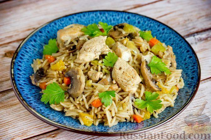 Фото к рецепту: Рагу с рисом, куриным филе, овощами и грибами (на сковороде)