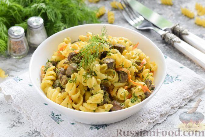 Фото к рецепту: Макароны с куриными сердечками в сметанно-горчичном соусе, на сковороде