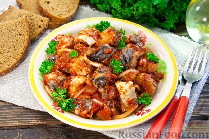 Фото к рецепту: Закуска из скумбрии с солёными огурцами, луком и томатной пастой