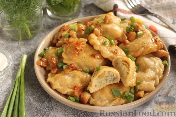 Фото к рецепту: Вареники с молодой картошкой и салом