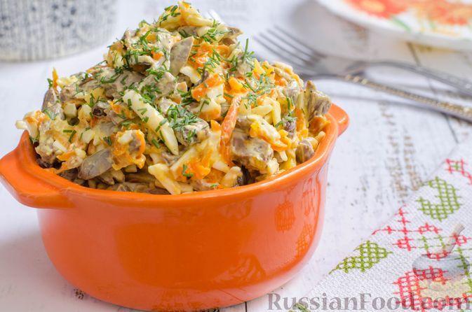 Фото к рецепту: Салат с куриными сердечками, плавленым сыром и морковью
