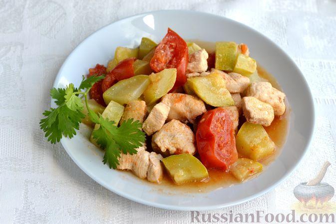 Фото к рецепту: Куриное филе, тушенное с кабачками и помидорами