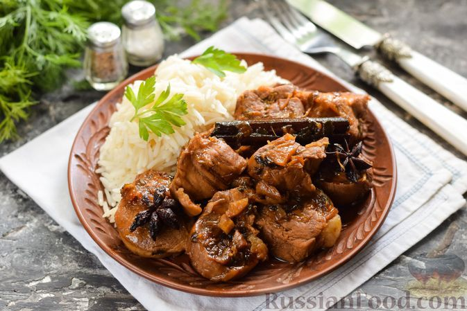 Фото к рецепту: Свинина, тушенная с чесноком, имбирем, вином и соевым соусом