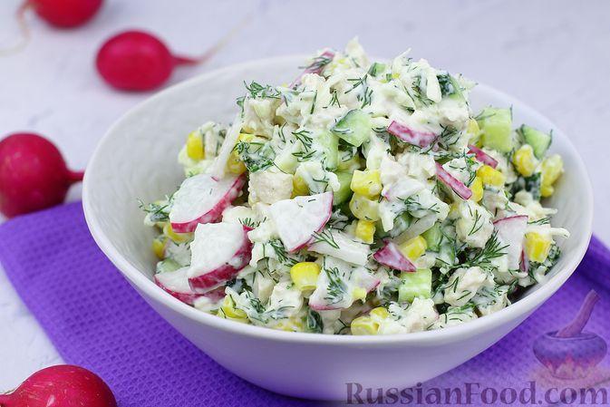 Фото к рецепту: Салат с курицей, редиской, кукурузой, сыром и огурцом