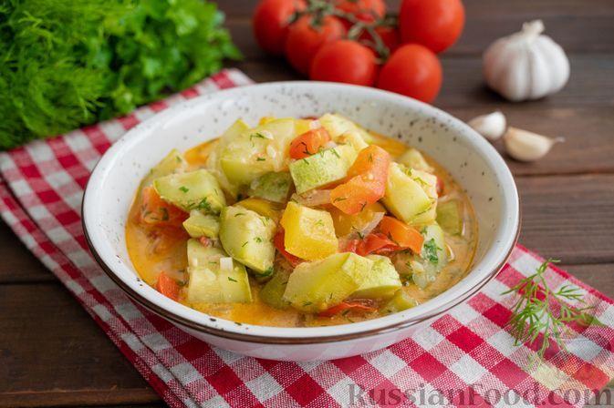 Фото к рецепту: Кабачки, тушенные с помидорами и сладким перцем в сметане