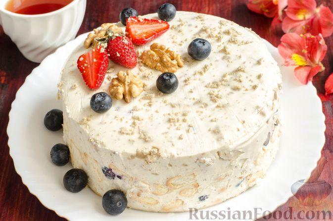 Фото к рецепту: Сметанно-сливочный торт с печеньем, халвой и ягодами (без выпечки)