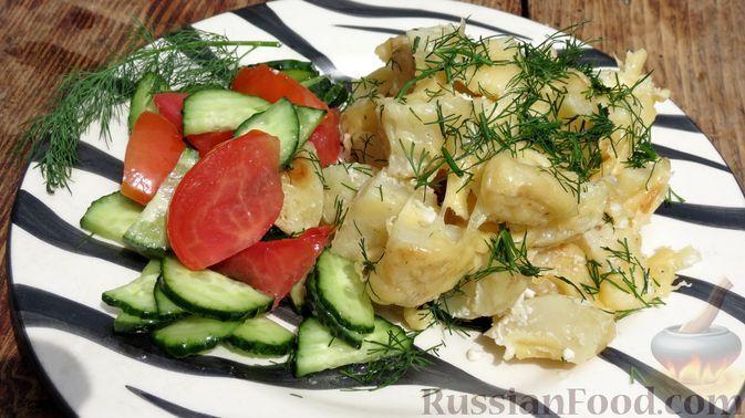 Фото к рецепту: Молодой картофель, запечённый с сыром и сметаной