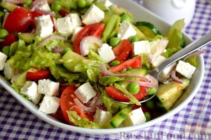 Фото к рецепту: Салат из помидоров, огурцов, зелёного горошка и сыра фета