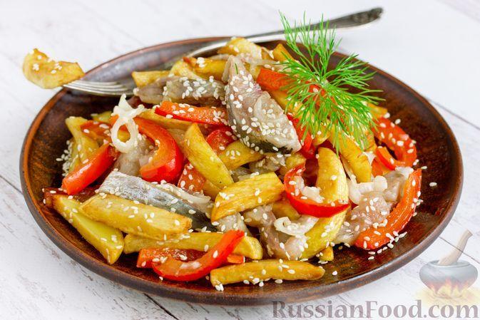 Фото к рецепту: Салат с картофелем фри, сельдью, болгарским перцем и маринованным луком