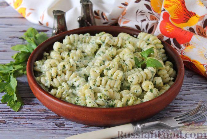 Фото к рецепту: Макароны с сырно-шпинатным соусом