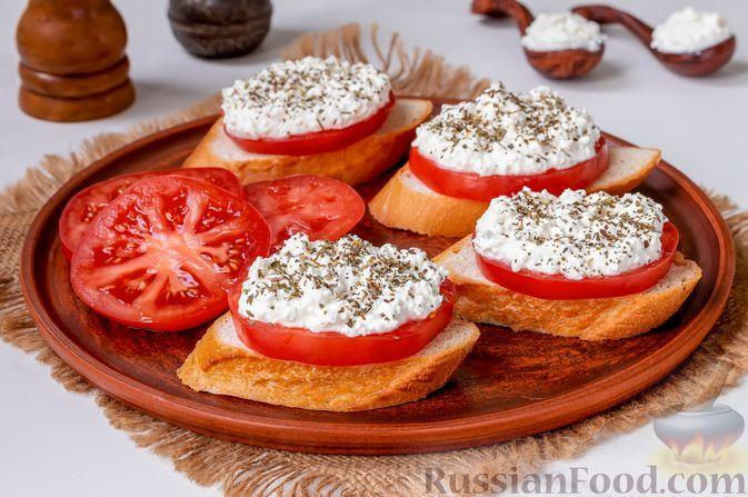 Фото к рецепту: Бутерброды с помидорами и творогом