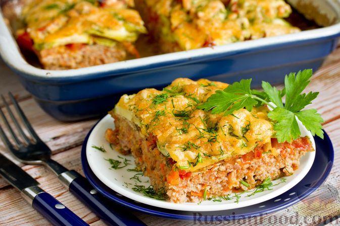 Фото к рецепту: Запеканка из мясного фарша с кабачками и помидорами, под сыром
