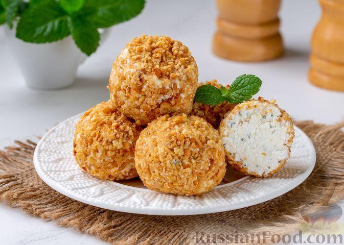 Фото к рецепту: Творожные шарики с сыром сулугуни, мятой и арахисом