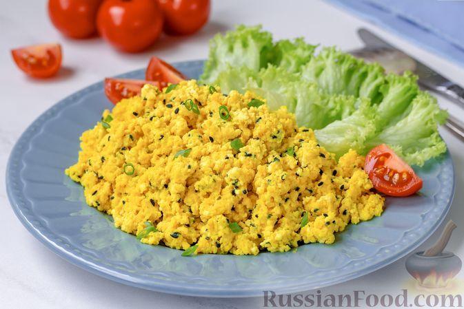 Фото к рецепту: Жареный творог с яйцами, куркумой и чёрным кунжутом