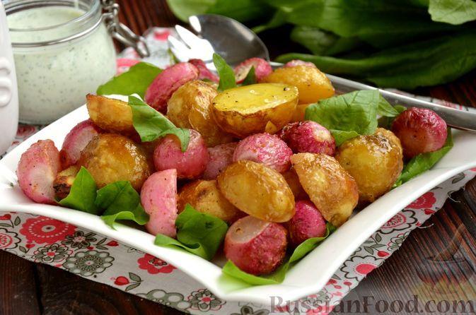 Фото к рецепту: Молодой картофель, запечённый с редисом, с соусом из кефира и феты