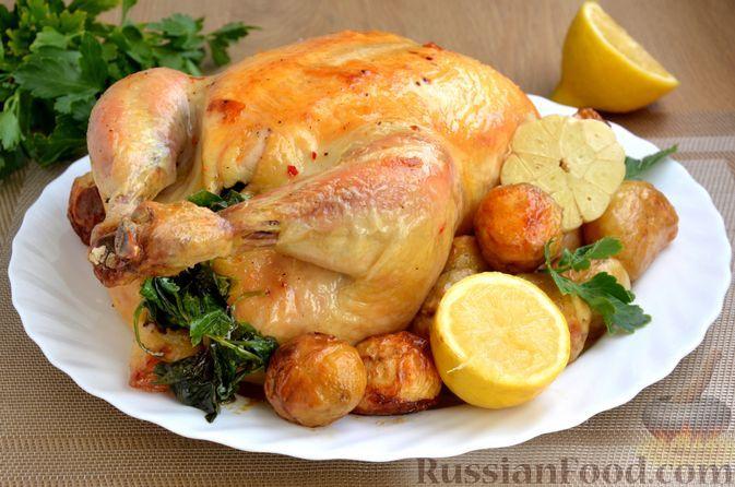 Фото к рецепту: Курица, фаршированная лимоном, чесноком и зеленью, запечённая с молодым картофелем