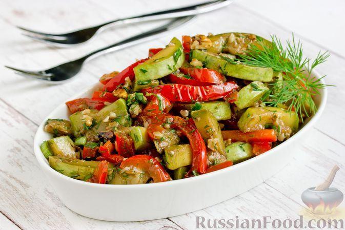 Фото к рецепту: Салат из жареных кабачков с болгарским перцем и грецкими орехами