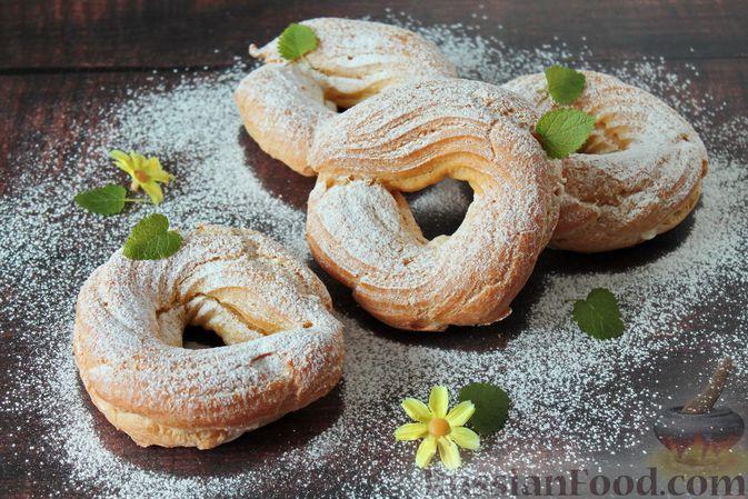 Фото к рецепту: Заварные пирожные-кольца с кремом из творога и сгущёнки
