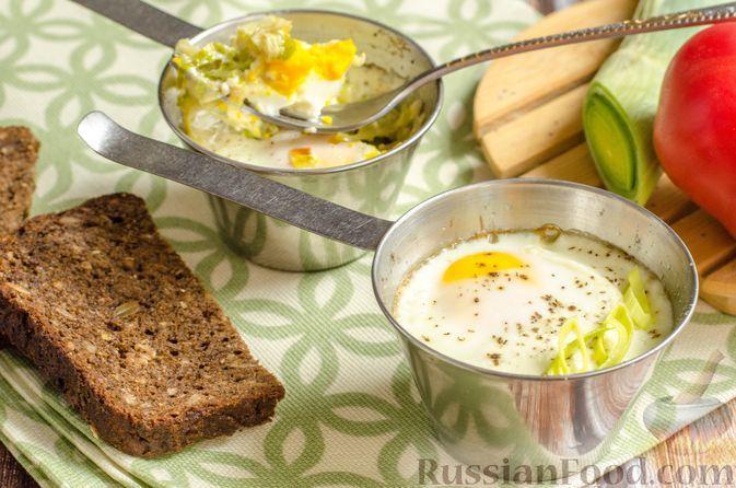 Фото к рецепту: Яйца кокот со сливками и луком-пореем