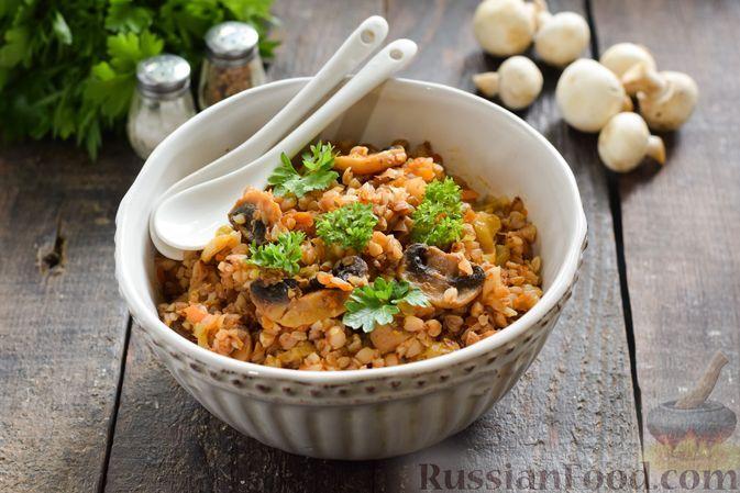 Фото к рецепту: Гречка с капустой и грибами в томатном соусе (на сковороде)