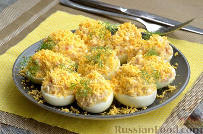 Фото к рецепту: Яйца, фаршированные печенью трески и творогом