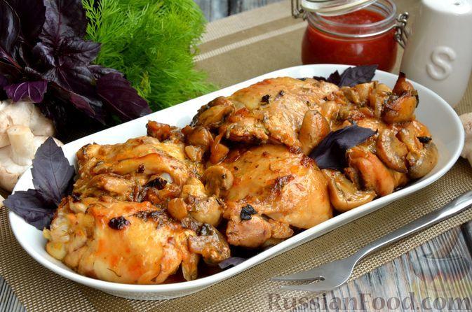Фото к рецепту: Куриные бёдрышки, запечённые в майонезно-грибном соусе, в рукаве