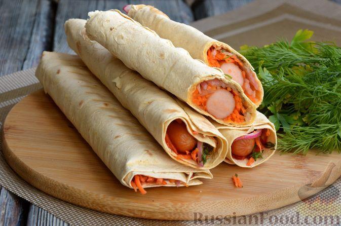 Фото к рецепту: Хот-дог в лаваше, с морковью и маринованным луком
