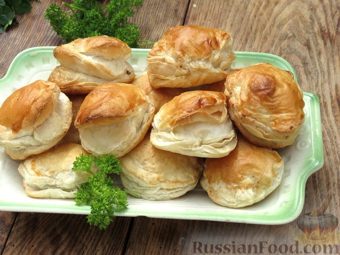 Фото к рецепту: Слоёные пирожки с печенью и гречкой (в духовке)