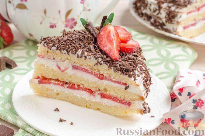 Фото к рецепту: Бисквитный торт с клубникой и творожно-сливочным кремом