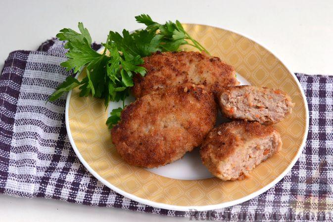 Фото к рецепту: Котлеты из куриного и свиного фарша с кабачком и морковью