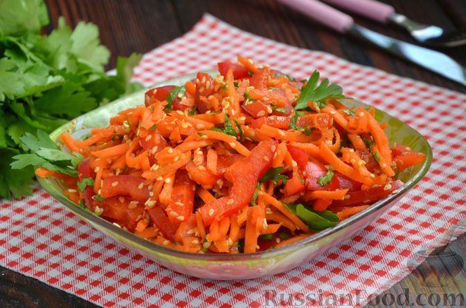 Фото к рецепту: Салат с морковью по-корейски, болгарским перцем и кунжутом