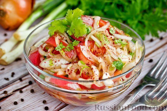 Фото к рецепту: Салат из помидоров, лука и кинзы