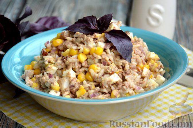 Фото к рецепту: Салат с тунцом, рисом, кукурузой и грецкими орехами